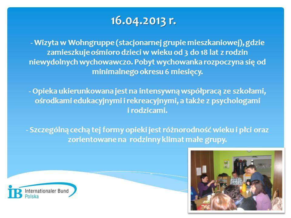- Wizyta w Wohngruppe (stacjonarnej grupie mieszkaniowej), gdzie zamieszkuje ośmioro dzieci w wieku od 3 do 18 lat z rodzin niewydolnych wychowawczo. Pobyt wychowanka rozpoczyna się od minimalnego okresu 6 miesięcy. - Opieka ukierunkowana jest na intensywną współpracą ze szkołami, ośrodkami edukacyjnymi i rekreacyjnymi, a także z psychologami i rodzicami. - Szczególną cechą tej formy opieki jest różnorodność wieku i płci oraz zorientowane na rodzinny klimat małe grupy.