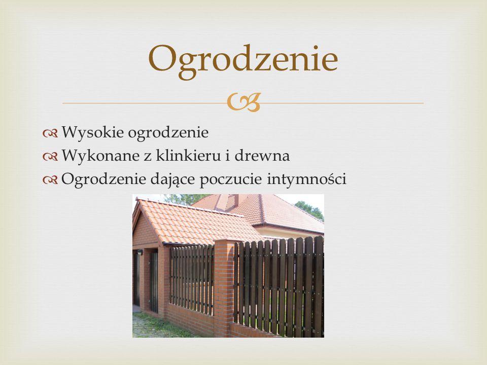 Ogrodzenie Wysokie ogrodzenie Wykonane z klinkieru i drewna