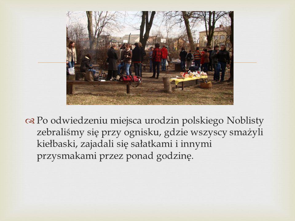 Po odwiedzeniu miejsca urodzin polskiego Noblisty zebraliśmy się przy ognisku, gdzie wszyscy smażyli kiełbaski, zajadali się sałatkami i innymi przysmakami przez ponad godzinę.