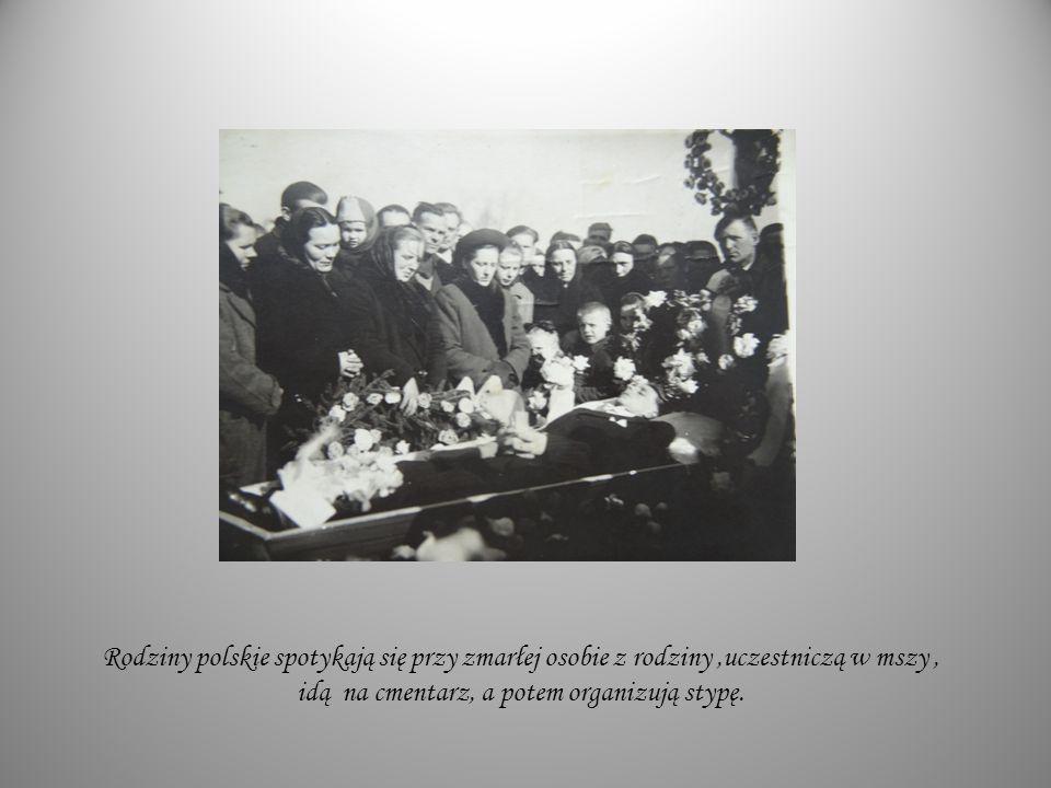 Rodziny polskie spotykają się przy zmarłej osobie z rodziny ,uczestniczą w mszy , idą na cmentarz, a potem organizują stypę.