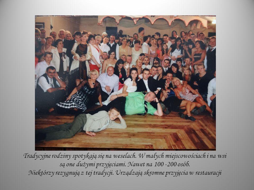 Tradycyjne rodziny spotykają się na weselach