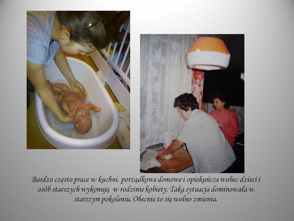 Bardzo często prace w kuchni, porządkowe domowe i opiekuńcze wobec dzieci i osób starszych wykonują w rodzinie kobiety.