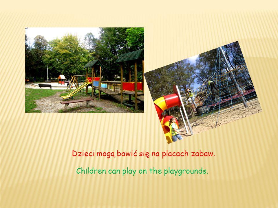 Dzieci mogą bawić się na placach zabaw.