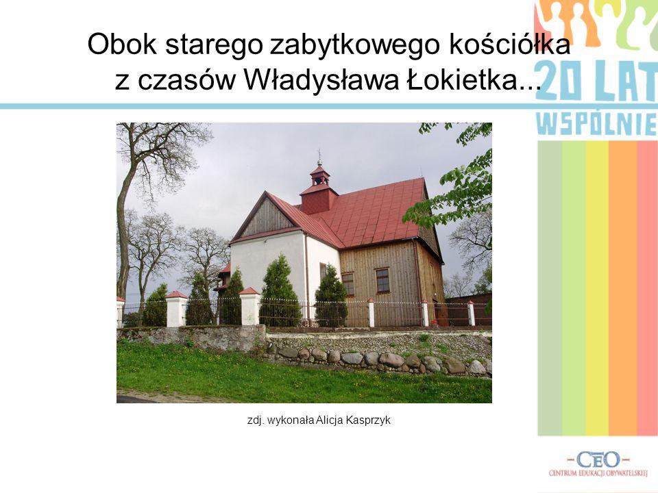 Obok starego zabytkowego kościółka z czasów Władysława Łokietka...