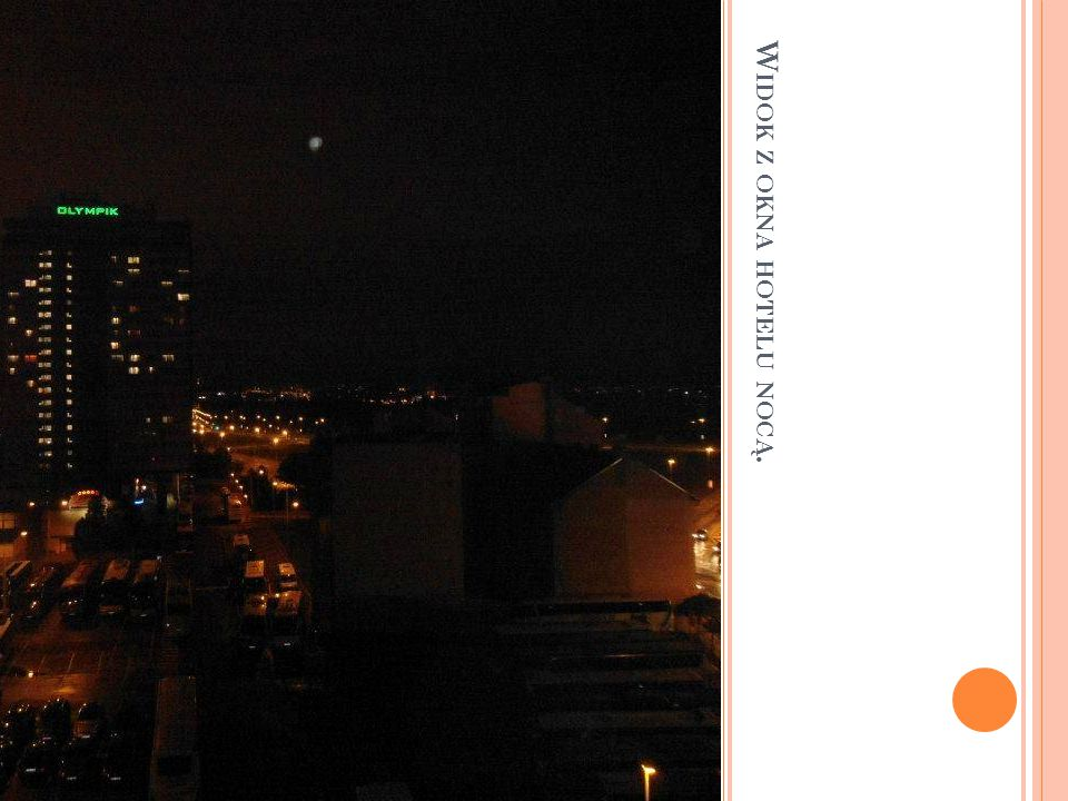 Widok z okna hotelu nocą.