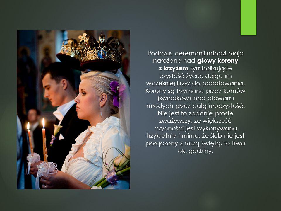 Podczas ceremonii młodzi maja nałożone nad głowy korony z krzyżem symbolizujące czystość życia, dając im wcześniej krzyż do pocałowania.