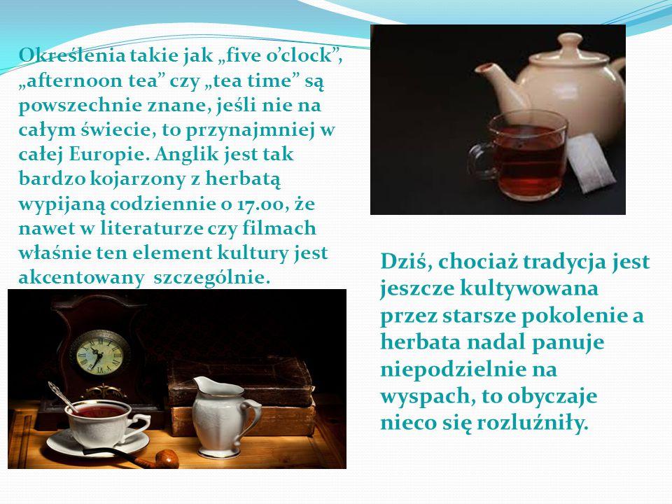 """Określenia takie jak """"five o'clock , """"afternoon tea czy """"tea time są powszechnie znane, jeśli nie na całym świecie, to przynajmniej w całej Europie. Anglik jest tak bardzo kojarzony z herbatą wypijaną codziennie o 17.00, że nawet w literaturze czy filmach właśnie ten element kultury jest akcentowany szczególnie."""
