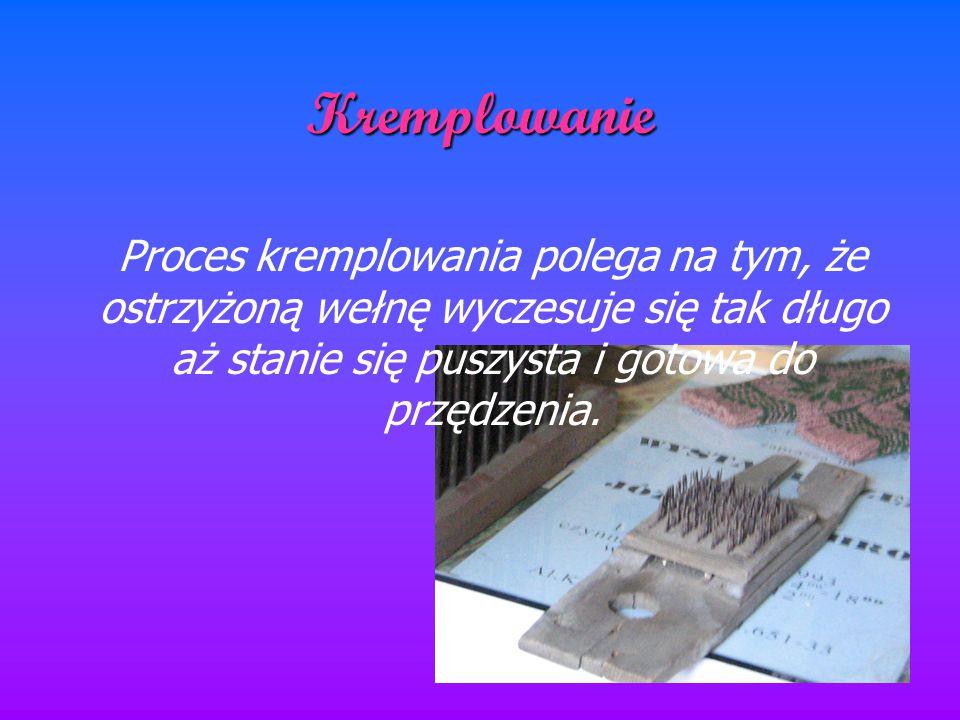 Kremplowanie Proces kremplowania polega na tym, że ostrzyżoną wełnę wyczesuje się tak długo aż stanie się puszysta i gotowa do przędzenia.