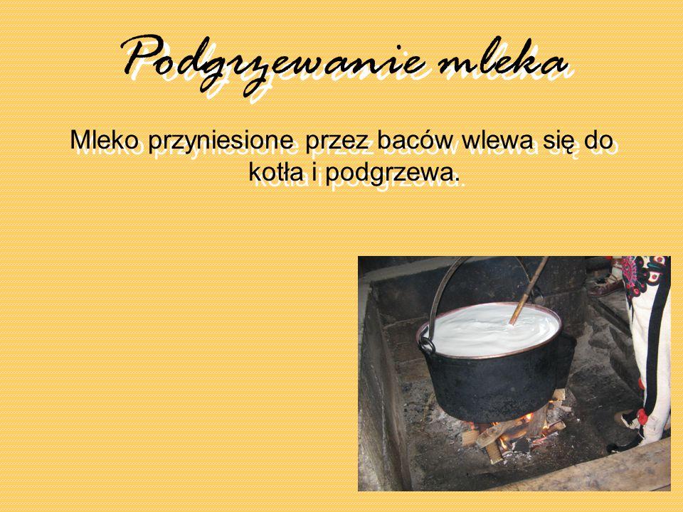 Mleko przyniesione przez baców wlewa się do kotła i podgrzewa.