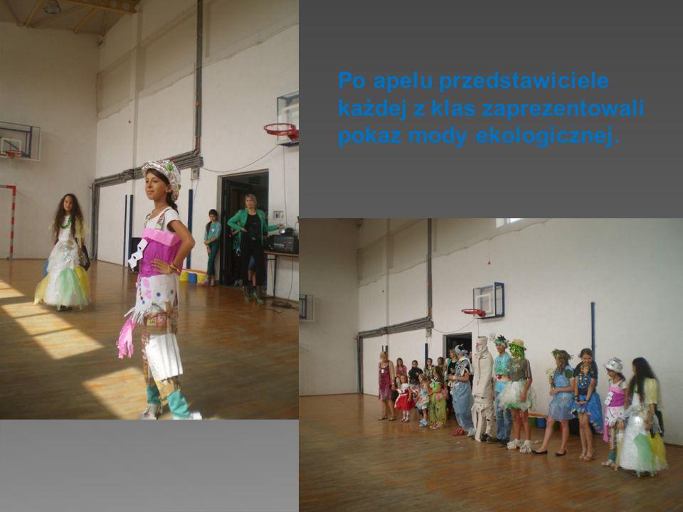 Po apelu przedstawiciele każdej z klas zaprezentowali pokaz mody ekologicznej.