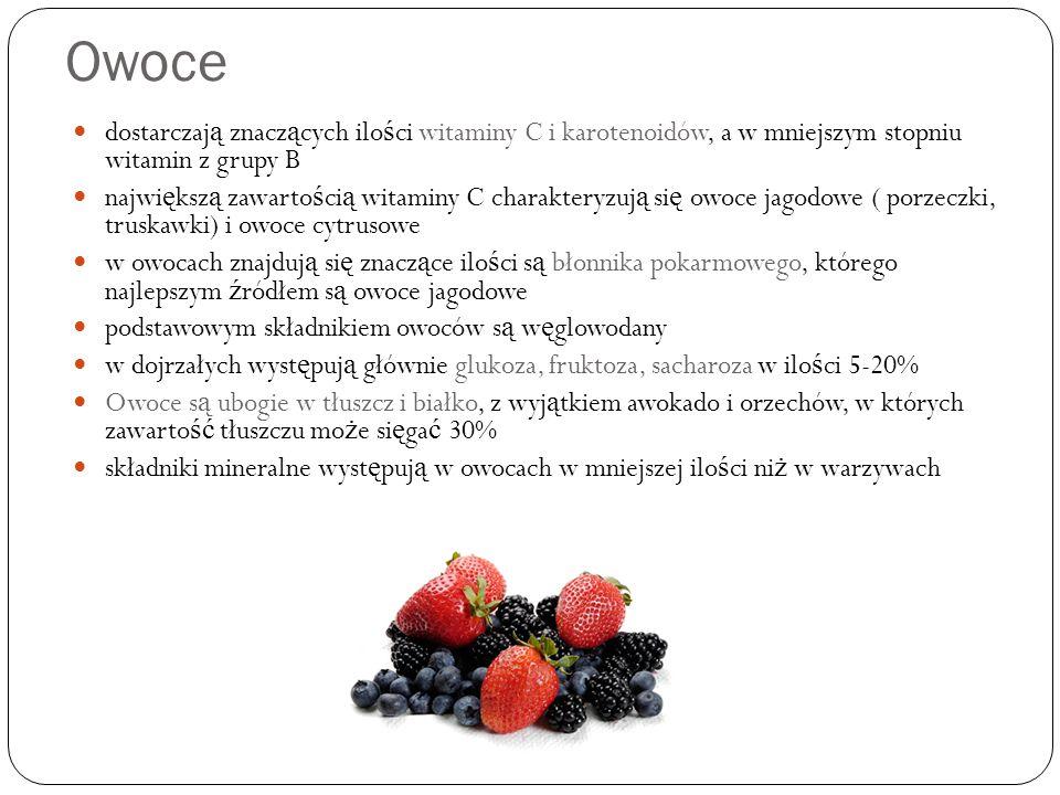 Owoce dostarczają znaczących ilości witaminy C i karotenoidów, a w mniejszym stopniu witamin z grupy B.