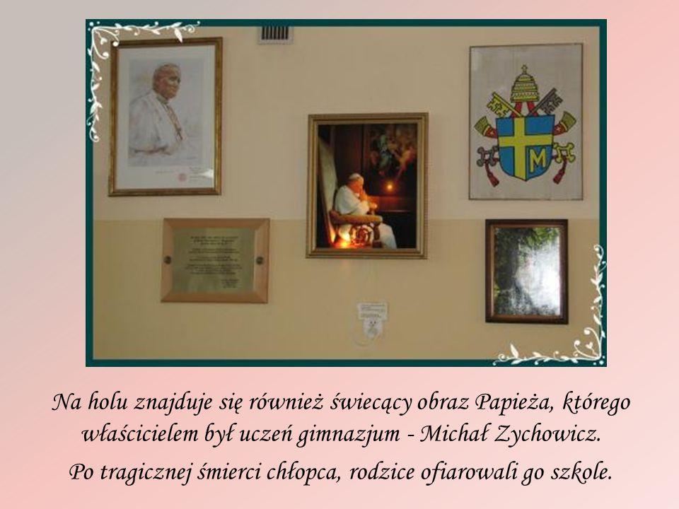 Na holu znajduje się również świecący obraz Papieża, którego właścicielem był uczeń gimnazjum - Michał Zychowicz.
