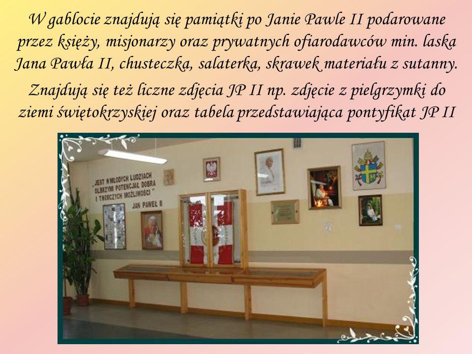 W gablocie znajdują się pamiątki po Janie Pawle II podarowane przez księży, misjonarzy oraz prywatnych ofiarodawców min.