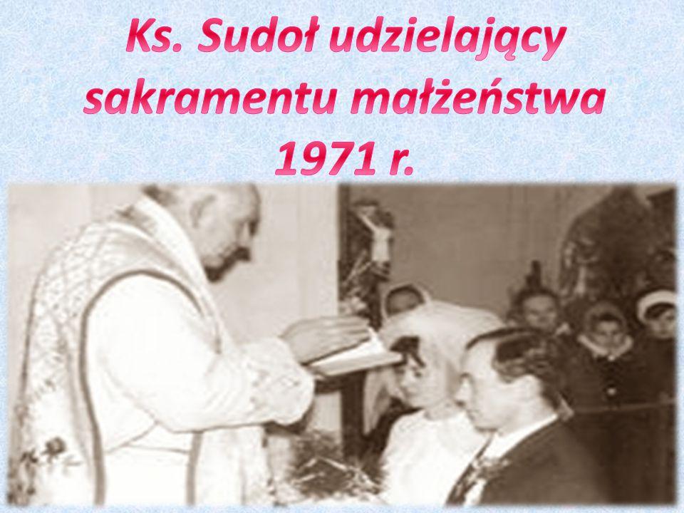 Ks. Sudoł udzielający sakramentu małżeństwa 1971 r.