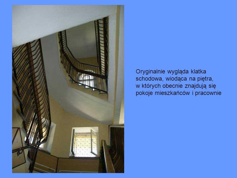 Oryginalnie wygląda klatka schodowa, wiodąca na piętra, w których obecnie znajdują się pokoje mieszkańców i pracownie