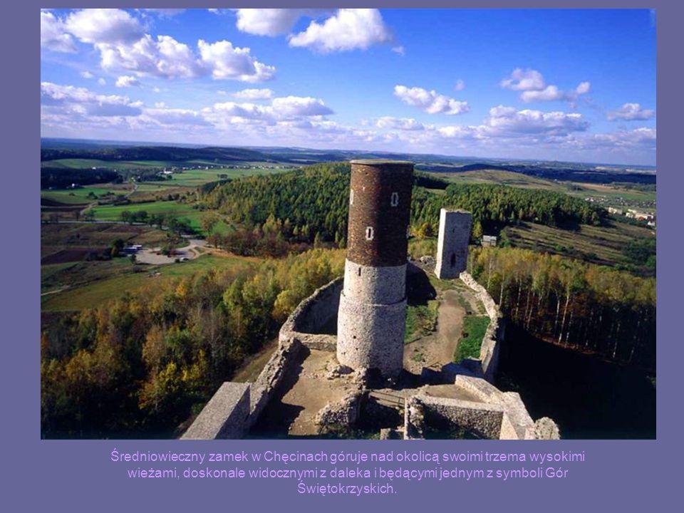 Średniowieczny zamek w Chęcinach góruje nad okolicą swoimi trzema wysokimi wieżami, doskonale widocznymi z daleka i będącymi jednym z symboli Gór Świętokrzyskich.