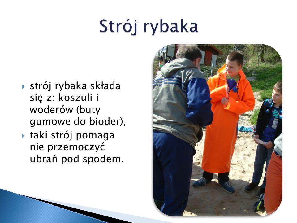Strój rybaka strój rybaka składa się z: koszuli i woderów (buty gumowe do bioder), taki strój pomaga nie przemoczyć ubrań pod spodem.