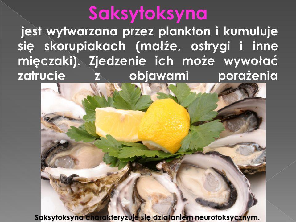 Saksytoksyna jest wytwarzana przez plankton i kumuluje się skorupiakach (małże, ostrygi i inne mięczaki). Zjedzenie ich może wywołać zatrucie z objawami porażenia
