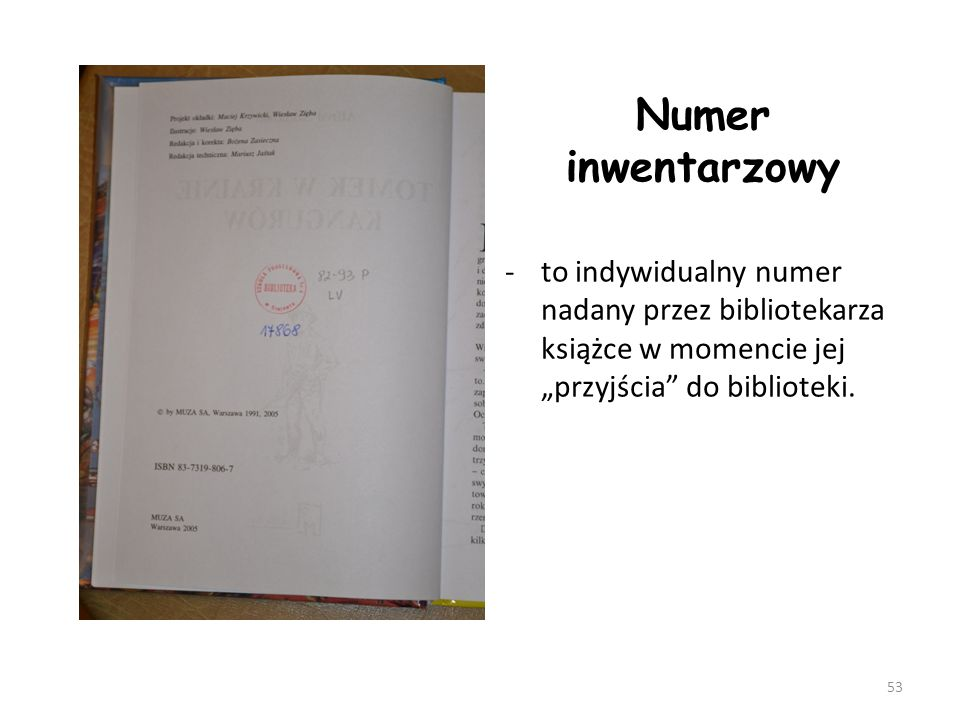 """Numer inwentarzowy to indywidualny numer nadany przez bibliotekarza książce w momencie jej """"przyjścia do biblioteki."""