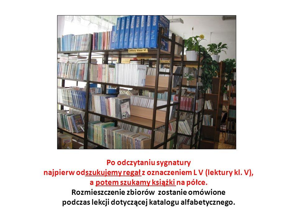 Po odczytaniu sygnatury najpierw odszukujemy regał z oznaczeniem L V (lektury kl. V), a potem szukamy książki na półce.
