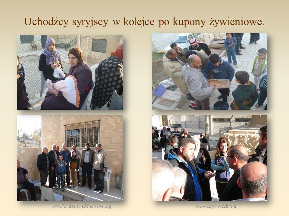 Uchodźcy syryjscy w kolejce po kupony żywieniowe.