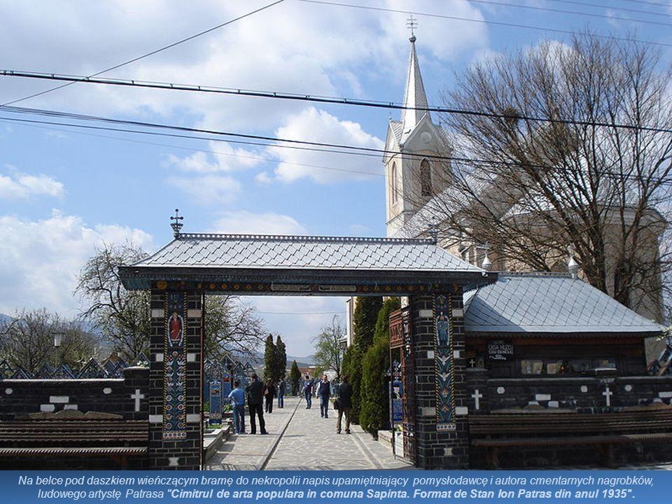 Na belce pod daszkiem wieńczącym bramę do nekropolii napis upamiętniający pomysłodawcę i autora cmentarnych nagrobków, ludowego artystę Patrasa Cimitrul de arta populara in comuna Sapinta.