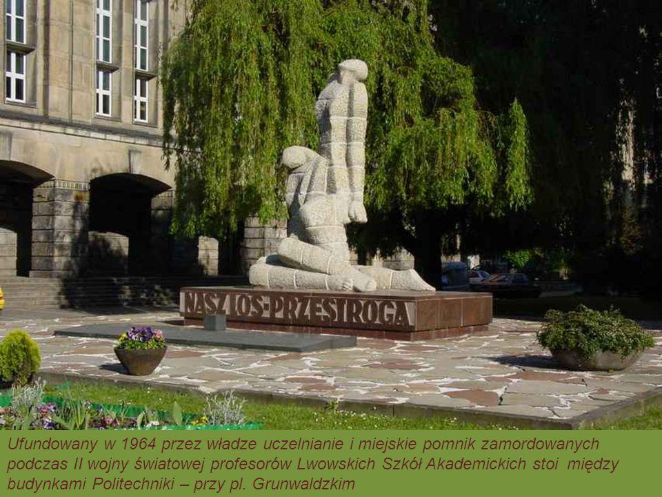 Ufundowany w 1964 przez władze uczelnianie i miejskie pomnik zamordowanych
