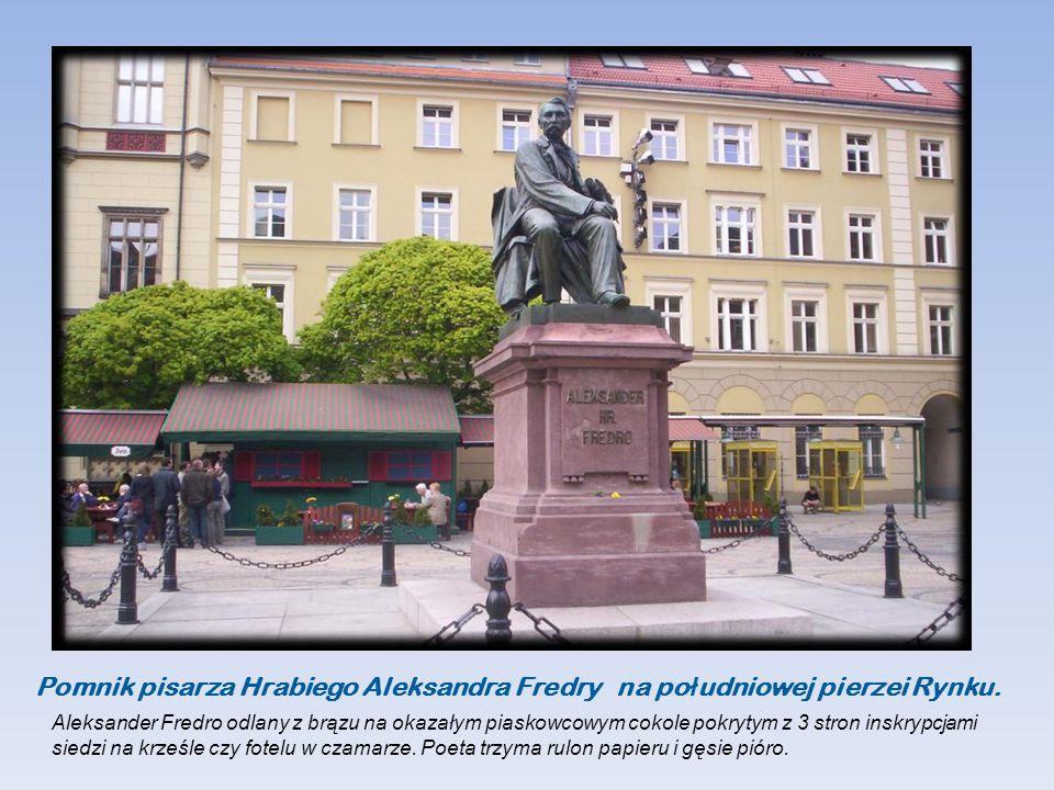 Pomnik pisarza Hrabiego Aleksandra Fredry na południowej pierzei Rynku.