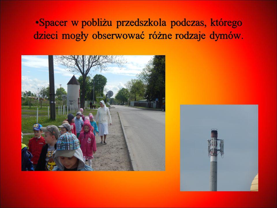 Spacer w pobliżu przedszkola podczas, którego dzieci mogły obserwować różne rodzaje dymów.