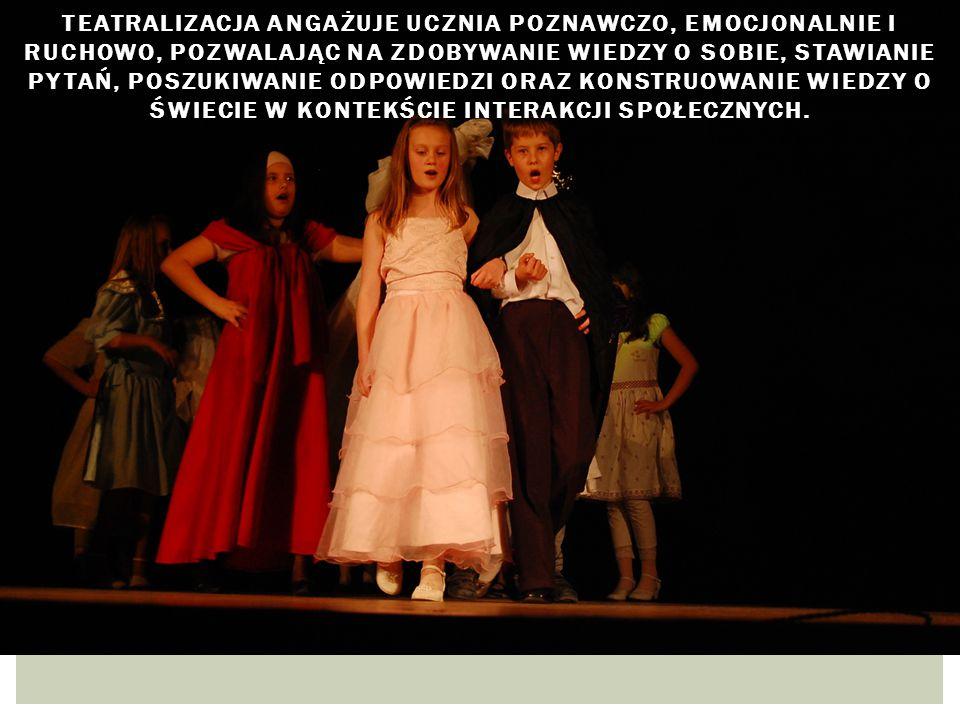 Teatralizacja angażuje ucznia poznawczo, emocjonalnie i ruchowo, pozwalając na zdobywanie wiedzy o sobie, stawianie pytań, poszukiwanie odpowiedzi oraz konstruowanie wiedzy o świecie w kontekście interakcji społecznych.