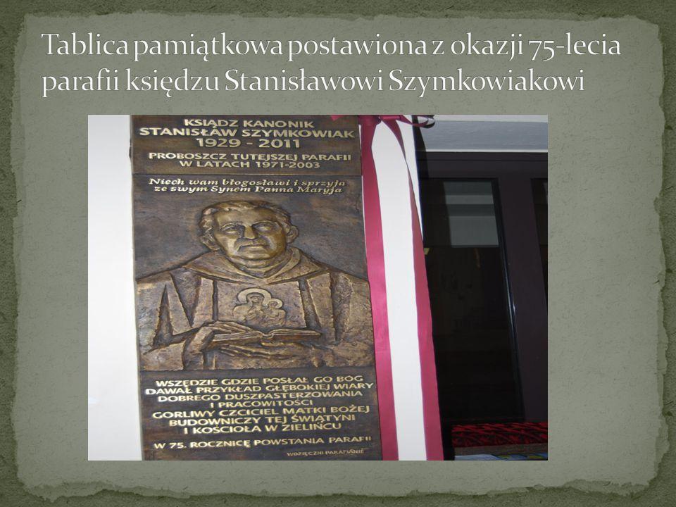 Tablica pamiątkowa postawiona z okazji 75-lecia parafii księdzu Stanisławowi Szymkowiakowi