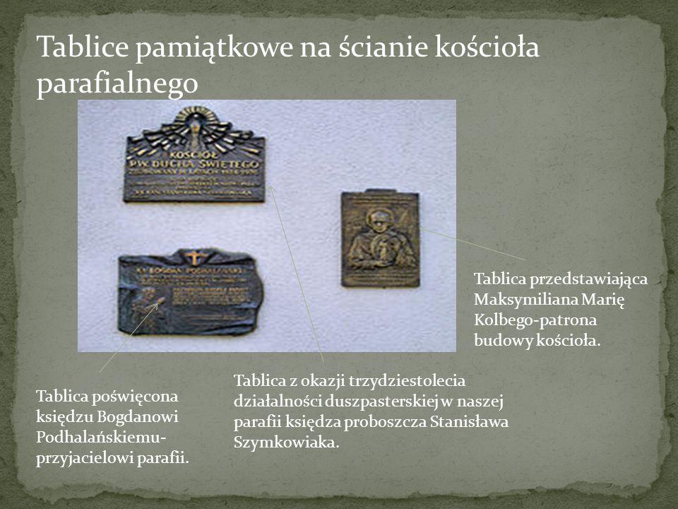 Tablice pamiątkowe na ścianie kościoła parafialnego