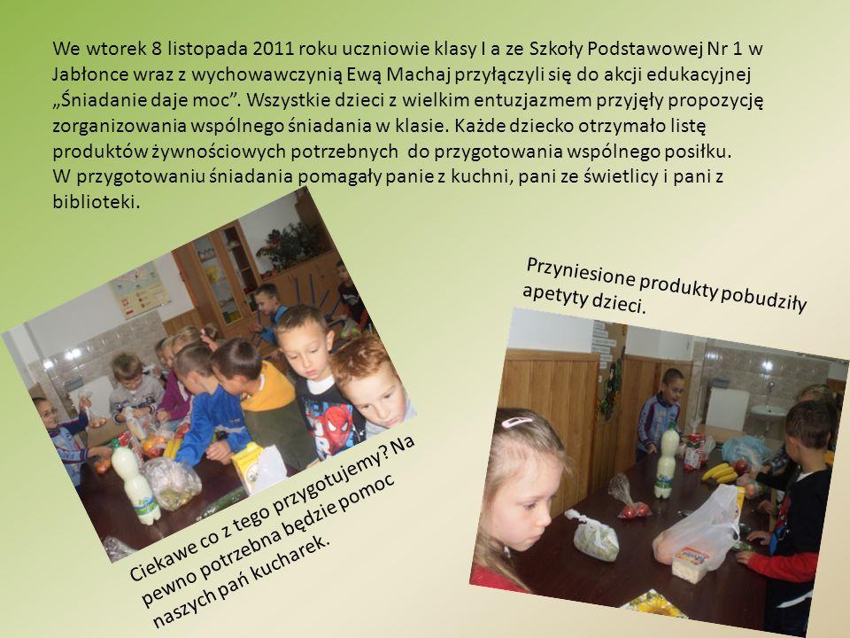 """We wtorek 8 listopada 2011 roku uczniowie klasy I a ze Szkoły Podstawowej Nr 1 w Jabłonce wraz z wychowawczynią Ewą Machaj przyłączyli się do akcji edukacyjnej """"Śniadanie daje moc . Wszystkie dzieci z wielkim entuzjazmem przyjęły propozycję zorganizowania wspólnego śniadania w klasie. Każde dziecko otrzymało listę produktów żywnościowych potrzebnych do przygotowania wspólnego posiłku."""