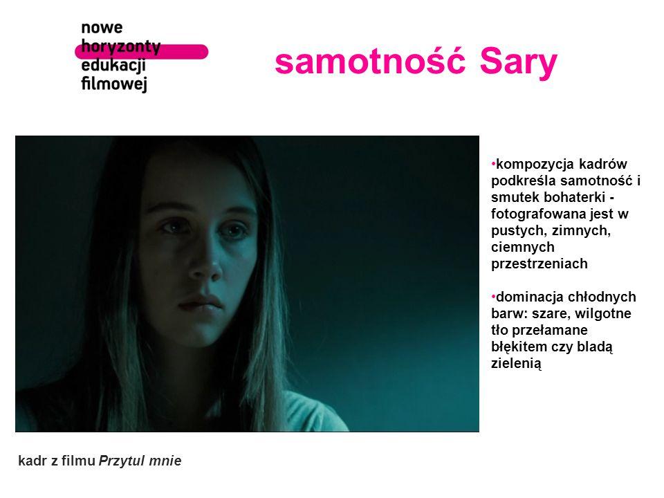samotność Sary kompozycja kadrów podkreśla samotność i smutek bohaterki - fotografowana jest w pustych, zimnych, ciemnych przestrzeniach.