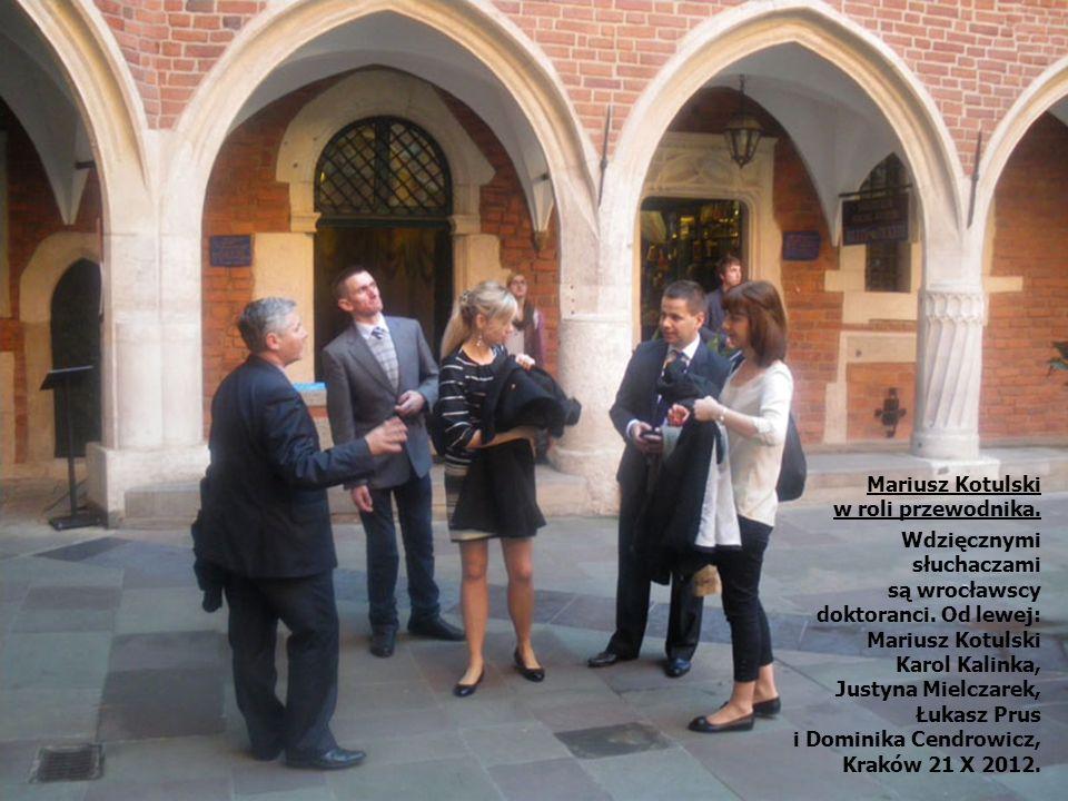 Mariusz Kotulski w roli przewodnika. Wdzięcznymi słuchaczami. są wrocławscy doktoranci. Od lewej: