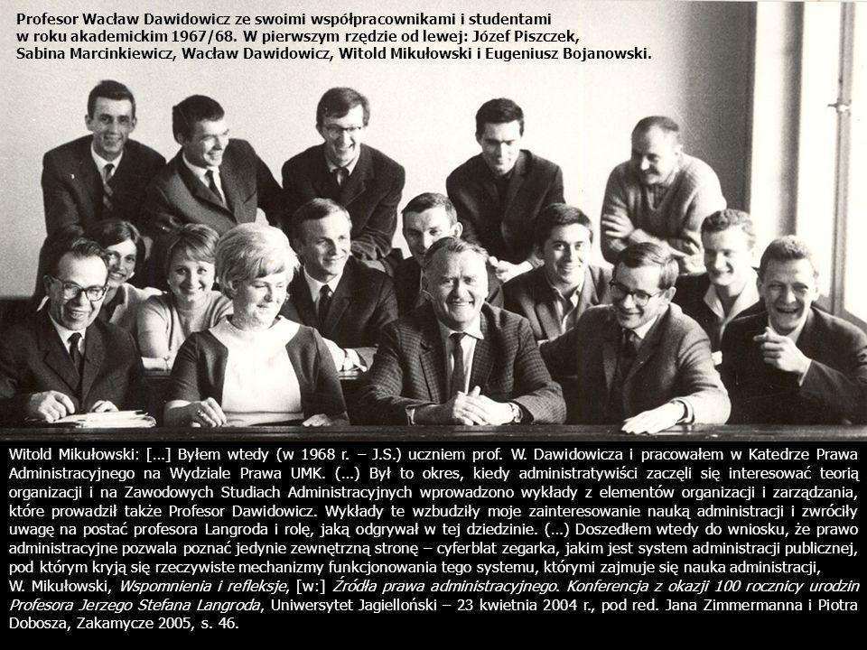 Profesor Wacław Dawidowicz ze swoimi współpracownikami i studentami