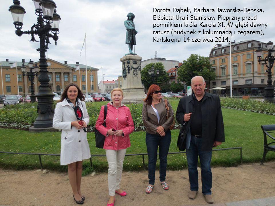Dorota Dąbek, Barbara Jaworska-Dębska, Elżbieta Ura i Stanisław Pieprzny przed pomnikiem króla Karola XI.