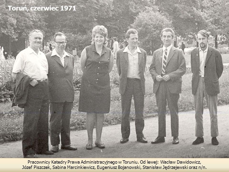 Toruń, czerwiec 1971 Pracownicy Katedry Prawa Administracyjnego w Toruniu. Od lewej: Wacław Dawidowicz,