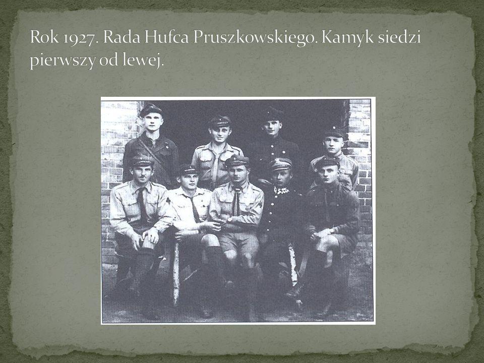 Rok 1927. Rada Hufca Pruszkowskiego. Kamyk siedzi pierwszy od lewej.