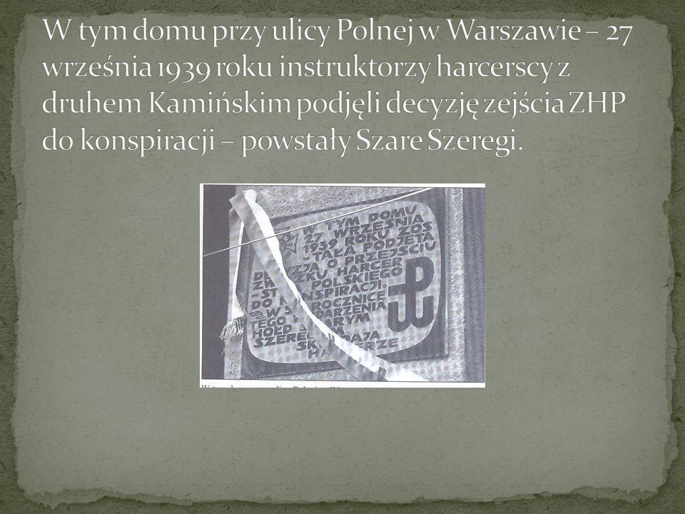 W tym domu przy ulicy Polnej w Warszawie – 27 września 1939 roku instruktorzy harcerscy z druhem Kamińskim podjęli decyzję zejścia ZHP do konspiracji – powstały Szare Szeregi.