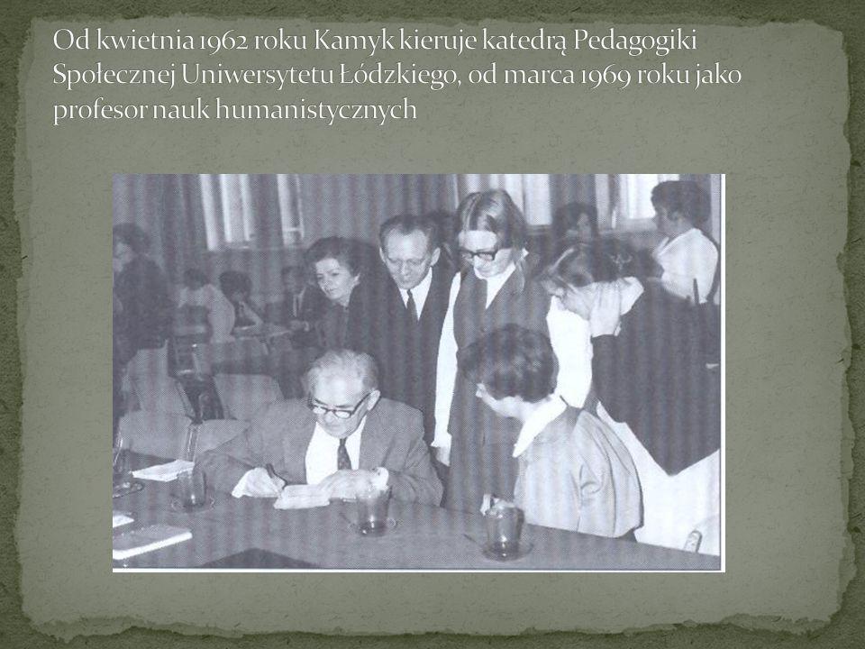 Od kwietnia 1962 roku Kamyk kieruje katedrą Pedagogiki Społecznej Uniwersytetu Łódzkiego, od marca 1969 roku jako profesor nauk humanistycznych