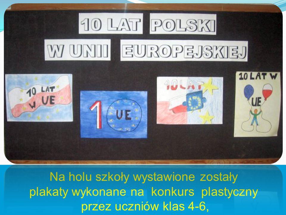 Na holu szkoły wystawione zostały plakaty wykonane na konkurs plastyczny przez uczniów klas 4-6,