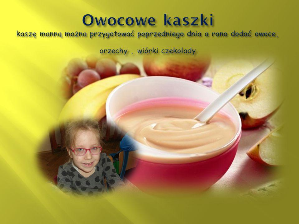 Owocowe kaszki kaszę manną można przygotować poprzedniego dnia a rano dodać owoce, orzechy , wiórki czekolady