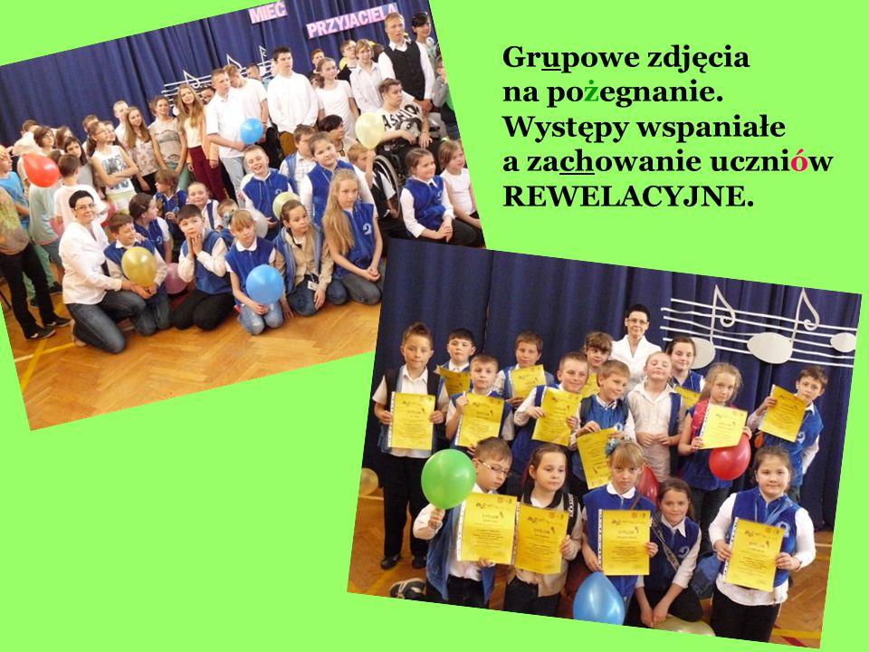 Grupowe zdjęcia na pożegnanie. Występy wspaniałe a zachowanie uczniów REWELACYJNE.