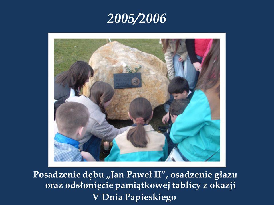 """2005/2006 Posadzenie dębu """"Jan Paweł II , osadzenie głazu oraz odsłonięcie pamiątkowej tablicy z okazji."""