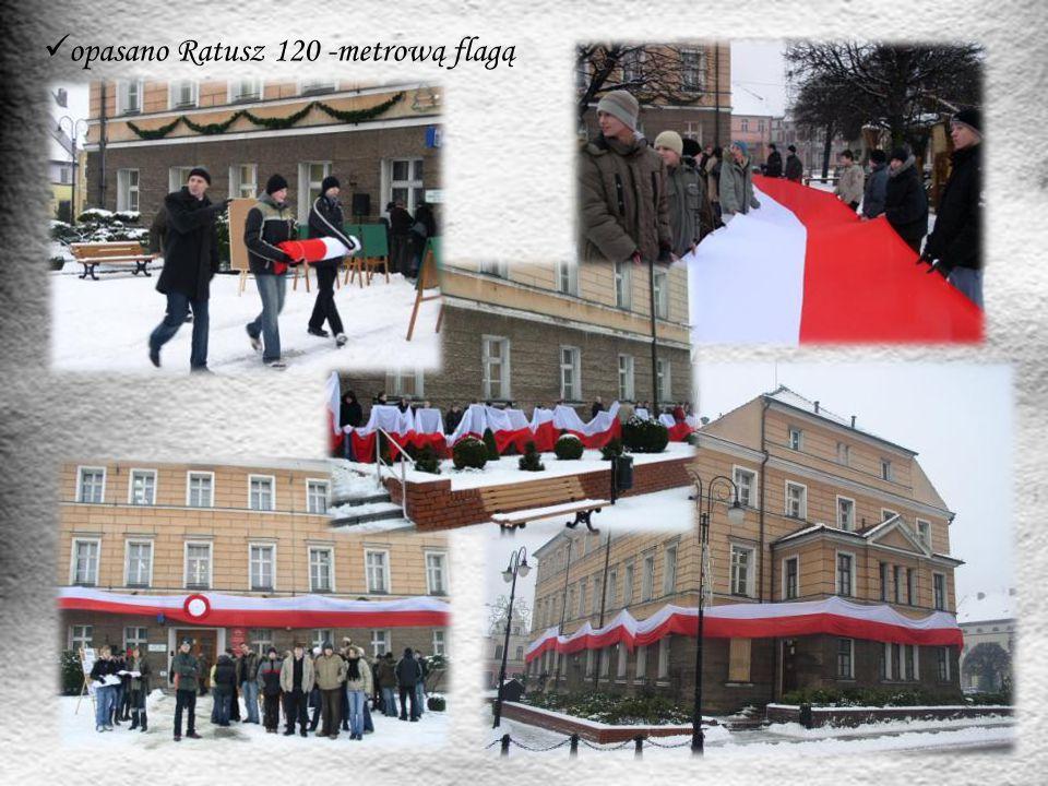 opasano Ratusz 120 -metrową flagą
