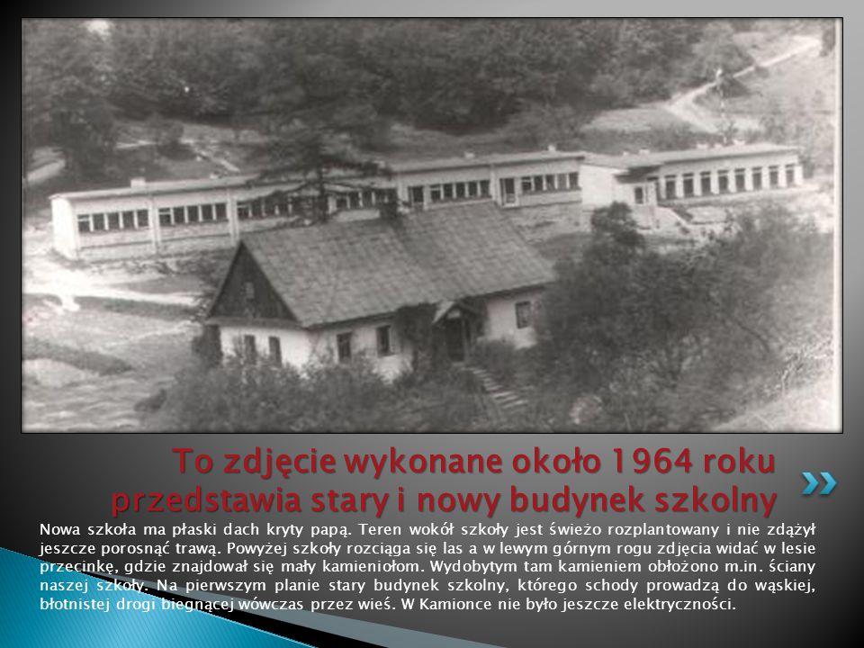 To zdjęcie wykonane około 1964 roku przedstawia stary i nowy budynek szkolny