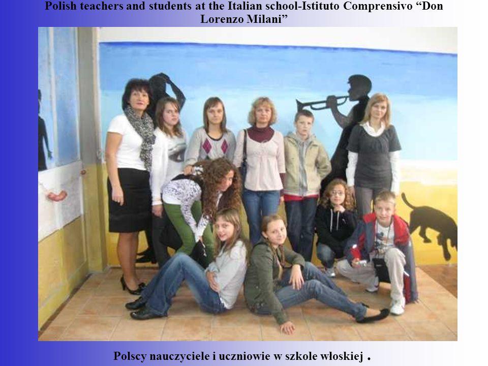 Polscy nauczyciele i uczniowie w szkole włoskiej .