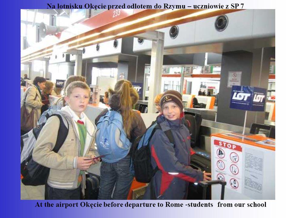 Na lotnisku Okęcie przed odlotem do Rzymu – uczniowie z SP 7