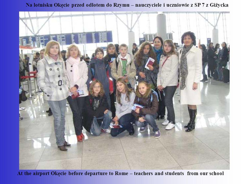 Na lotnisku Okęcie przed odlotem do Rzymu – nauczyciele i uczniowie z SP 7 z Giżycka